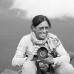 Elisa Heusch – Fotografa freelance, diplomata in fotografia e arti visive all'istituto APAB, si occupa di fotografia di matrimonio, eventi e ritrattistica. Appassionata di musica e scrittura, collabora da un paio di anni con l'Associazione Culturale Deaphoto di Firenze, per la quale ha scritto alcuni articoli su eventi artistici per l'area recensioni del Web Magazine Clic.hè. Ha partecipato nel 2018 e 2019 al Mese del Jazz, con due sue esposizioni fotografiche a tema.
